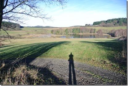 Traumpfad Booser Doppelmaar - Blick auf den Weiher mit Schatten