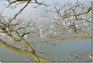 Moselsteig Etappe 18 - Blick auf das Dorf im Tal