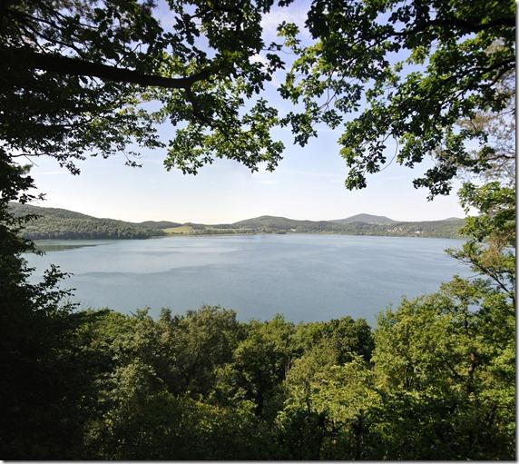 Laacher See: Geopfad L - Blick auf den See