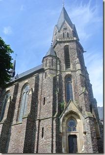 Moselsteig Felsen. Fässer. Fachwerk - neue Kirche St. Aldegund