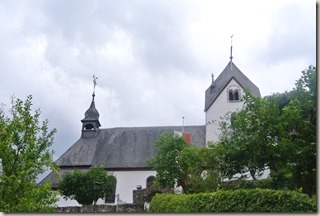 Moselsteig Felsen. Fässer. Fachwerk - Alte Kirche St. Aldegund
