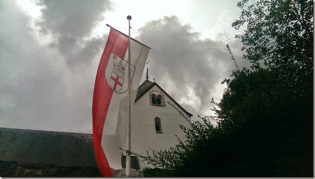 Moselsteig Felsen. Fässer. Fachwerk - Kirche und Flagge von St. Aldegund