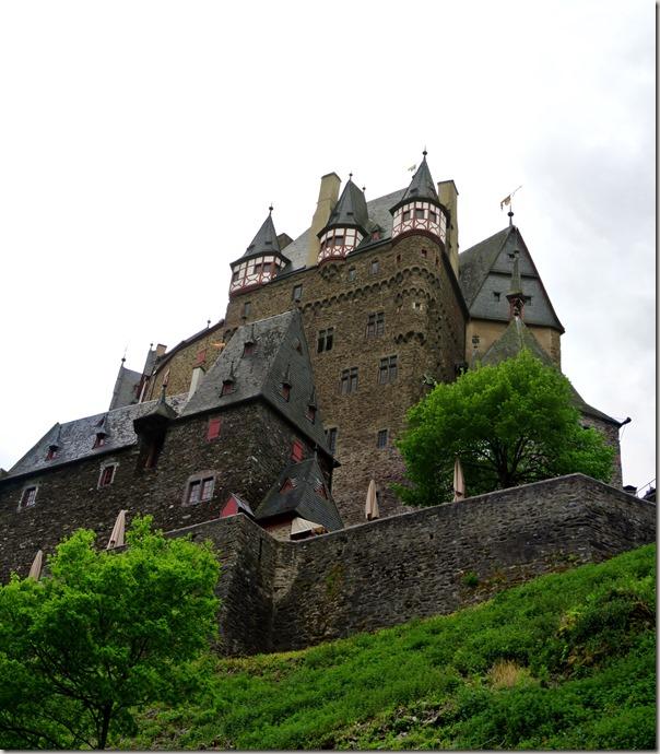 Burg Eltz Traumpfad Eltzer Burgpanorama - die Burg von unten betrachtet