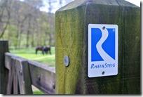 Rheinsteig (Rengsdorf - Sayn) - Rheinsteiglogo und Pferd