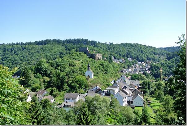 Traumpfad Virne-Burgweg - Blick die Burg und den Ort