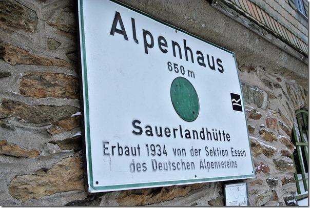 Rothaarsteig Spur Oberhundemer Bergtour -Hinweisschild Alpenhaus
